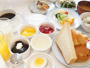 ご出発前に自慢の朝食をお召し上がりくださいませ。ご宿泊者様全てサービスでご提供しております。