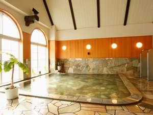 マウレ山荘:【男性大浴場】ほんわりと湯気に包まれながら、ゆっくり入る温泉は、日頃の疲れも癒す極楽な気分に。