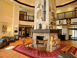 マウレ山荘:【ロビー】大きな石造りの暖炉が皆様をお迎えいたします。