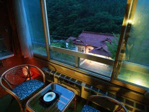 いで湯と文学の宿 和泉屋旅館:お部屋から見る文学亭…ライトアップされており、幻想的です。