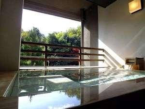 全室半露天風呂つき 山もみじの宿 八芳園:和モダン西館【半露天風呂】源泉掛け流し。洗い場に畳のスペースがあります。