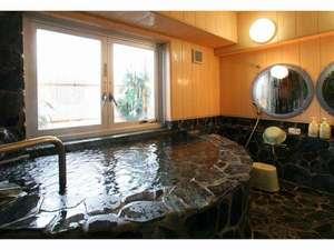 越後湯沢温泉 湯沢ニューオータニ:源泉掛け流し温泉客室「翡翠」のお風呂です。贅沢なお湯を独り占め♪