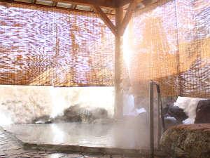 越後湯沢温泉 湯沢ニューオータニ:雪がたくさん降った翌日は、露天風呂の隣りに大きな雪の山ができます(^o^)