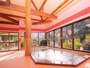祖谷の宿 かずらや:【女性内湯】ガラス張りの大浴場だから、山々を眺めながらのんびりご入浴ください!