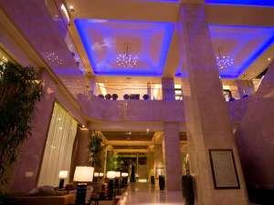 シェラトン都ホテル大阪1階玄関を入ると2階までの吹き抜けロビーがお客様をお迎えします。