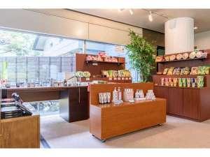売店コーナーでは、お土産の他にもカップ麺やお菓子、おつまみも販売しております。