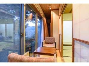 特別和室の窓からは中庭を眺めながらゆっくりお寛ぎ頂けます。