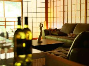 笛吹川温泉 別邸 坐忘:ライブラリーでワインを傾けながら過ごす落ち着く空間です。