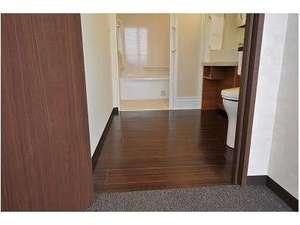 バリアフリー客室(特別室)の浴室とトイレ