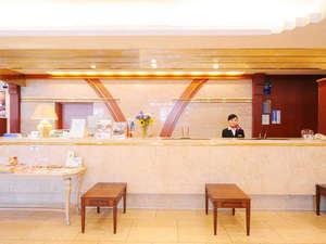ひろしま国際ホテル:明るいロビー。歓談用のスペースもございます。