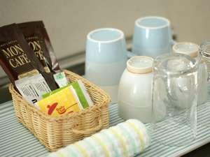 ペットと泊まれるプチホテル エミー・ルミエール:コーヒー・紅茶・緑茶・砂糖・ミルクもご用意しております。