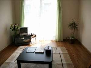 ペットと泊まれるプチホテル エミー・ルミエール:テレビやエアコン、ローテーブルなど設備も充実♪