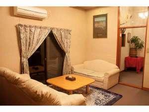 湘南 真鶴 貸し別荘 海:1F 広々とした空間です。広々としたソファーでゆったりした時間をお過ごし下さい。