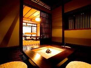 郷夢の宿 山ぼうし:ゆったりと流れる時を過ごす、全客室に付く囲炉裏の間(一例)
