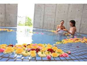 南紀すさみ温泉 ホテルベルヴェデーレ:★女性用には生のバラを浮かべた専用の浴室をご用意