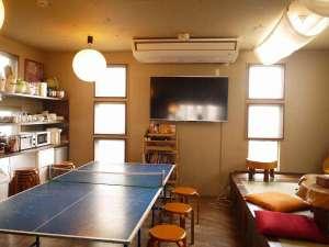 ホステル&カフェバー バックパッカーズ宮島:1階の共有スペースには、調味料も充実したキッチンやTV、卓球台があります