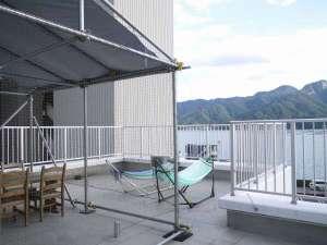 ホステル&カフェバー バックパッカーズ宮島:屋上からは宮島や大鳥居が眺められます。ハンモックやテーブルがあるので、のんびりしてみては?