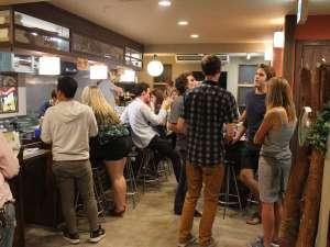 ホステル&カフェバー バックパッカーズ宮島:Barには¥100ショットや宮島ビールがあり、ゲストさん同士国境を超えて会話が弾みます