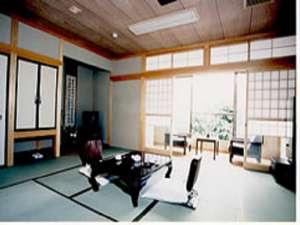 中村屋旅館:12畳のゆったり和室。トイレ付き。