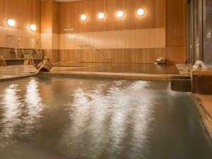 ホテル花更紗:【大浴場・檜風呂】じっくり体を温められます。温泉は時間で男女入れ替え制、岩風呂もどうぞ。