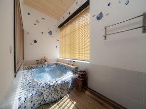 CHAHARU 離れ 道後 夢蔵:風庵 風呂1枚1枚手描きのタイルが魅力的な浴槽です