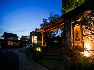 CHAHARU離れ 道後夢蔵:夢蔵入口(写真手前右)道後温泉本館(写真左奥)