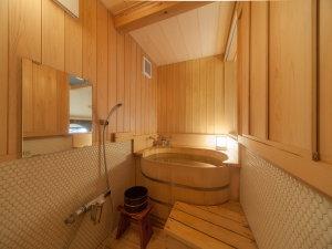 CHAHARU離れ 道後夢蔵:如矢 内風呂槙の木をつかったお風呂でゆったりとお過ごしいただけます。
