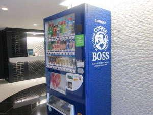 【フロント】サントリーの自動販売機を設置。