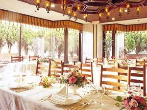 万代シルバーホテル:明るい日差しが差し込むレストラン・ダンスィングドール
