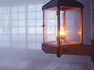 ランプの宿 青荷温泉:*【健六の湯】総ヒバ造りのお風呂…ランプの温かな光が照らします。