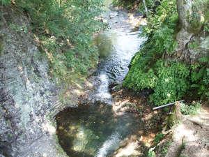 霊泉寺温泉 和泉屋旅館:*稚児ヶ淵/ポットホールに滝が流れ落ちる風景は、圧巻です。