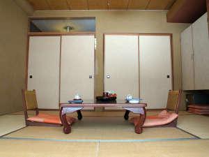 霊泉寺温泉 和泉屋旅館:*客室一例/のんびり寛げる広さの落ち着いた和室。