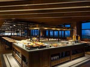 フォーポイントバイシェラトン名古屋 中部国際空港:地元の食材をふんだんに採り入れた料理が楽しめる、レストラン「Evokution」。