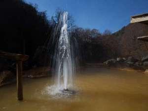 間欠泉 湯の華:露天風呂にて間欠泉が吹き上がる!その高さは時には5mにも。まさに感動もの!