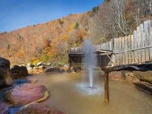 間欠泉 湯の華:紅葉の山々の中で入る露天風呂。日本で唯一、間欠泉が体験できる風呂でここにしかない「感動の秋旅」を♪