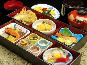 とみやま館:【ご夕食例】日替わり小会席をご用意致します。(天麩羅/お造り/和え物/お吸い物/香物/ご飯 など…)