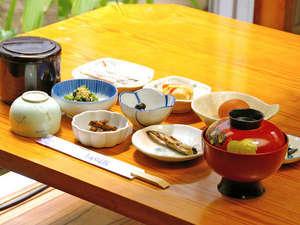 とみやま館:【朝食例】日替わり和定食をお召上がり下さい。(ご飯/みそ汁/いわし甘露煮/和え物/ひじき など…)