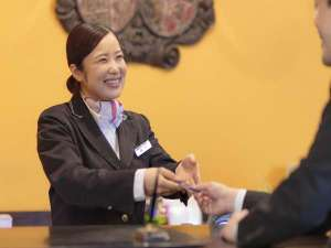 ホテルモントレ長崎:フロントスタッフが笑顔でお迎え致します。