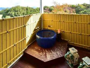 ホテルサンリゾート白浜:ベランダに「椿温泉100%源泉」の蛇口がついた露天つぼ湯付