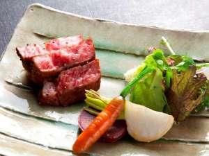 松島佐勘 松庵:宮城県産黒毛和牛のステーキは季節の野菜と一緒に岩塩でさっぱりとお召し上がりくださいませ。