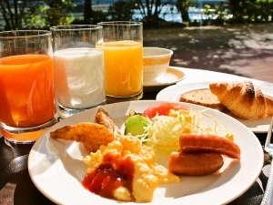 ホテルJALシティ広島:川辺のレストランで爽やかなご朝食