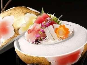 堂ヶ島 ニュー銀水:【刺身】金色の華やかな手毬のような器でおもてなし、目と口で楽しめるお料理