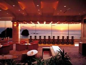 堂ヶ島 ニュー銀水:【ロビー】幅40メートルものガラス越しに海を一望