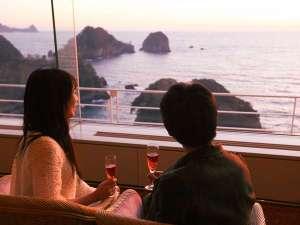 堂ヶ島 ニュー銀水:海を眺めながら寛ぐ「感動のひと時」幅40mのガラスのラウンジにて ※お飲み物は有料