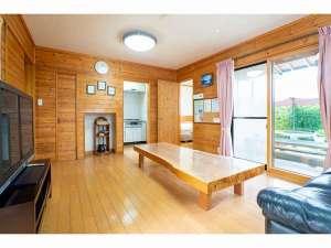 ウルルン河口湖:7名棟床暖房完備のリビングルーム