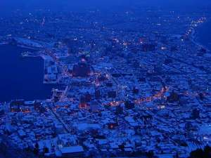 冬の函館夜景。ボンヤリと街の灯りが反射しています