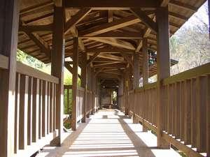 黒川温泉 やまびこ旅館:本館と食事棟をつなぐ「出逢い橋」