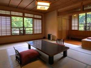 黒川温泉 やまびこ旅館: 川沿い和室一例です。お部屋は全て趣が異なります。