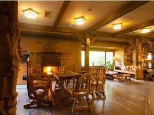 黒川温泉 やまびこ旅館:食事棟ロビーには暖炉があり、冬には火をともします。