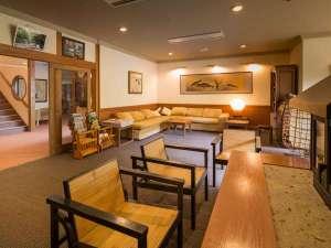 黒川温泉 やまびこ旅館:本館1階ロビーにはセルフサービスの飲み物がございます。